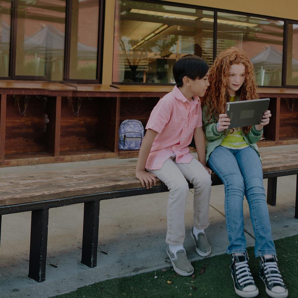 Dans la cour de récréation, les élèves s'attaquent ensemble à toutes sortes de projets imaginatifs. SMART encourage cette même interaction au sein de la salle de classe et au-delà.